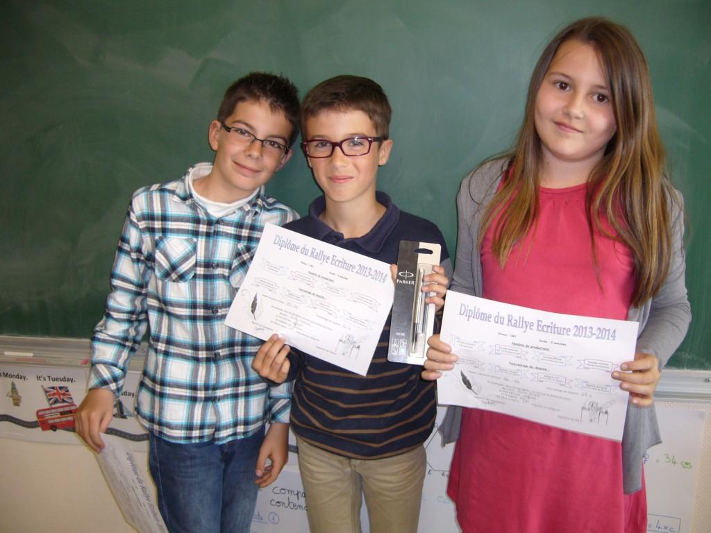Sacha, grand gagnant du rallye écriture, entouré de Tristan (2nd) et Océane (3ème)